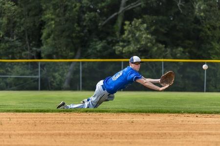 Un joven de sexo masculino juega béisbol en un día de verano Foto de archivo - 20827518