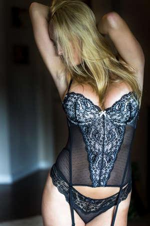 sensuel: Blonde mod?le posant dans la lingerie avec un ?clairage naturel Banque d'images