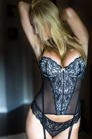 ropa interior femenina: Rubia modelo posando en ropa interior con luz natural