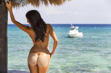 nue plage: Un mod�le nu pose sur une plage