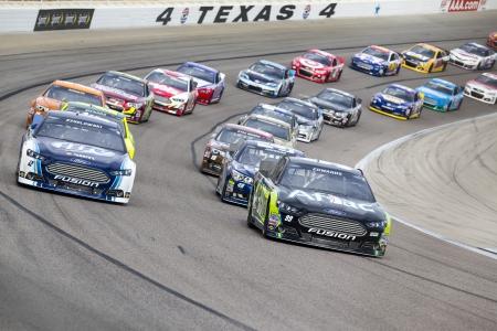 포트 워스, 텍사스 - 2013년 11월 3일 : NASCAR 스프린트 컵 팀 포트 워스, 텍사스에있는 텍사스 모터 스피드 웨이에서 AAA 텍사스 500 레이스 트랙에 걸릴.