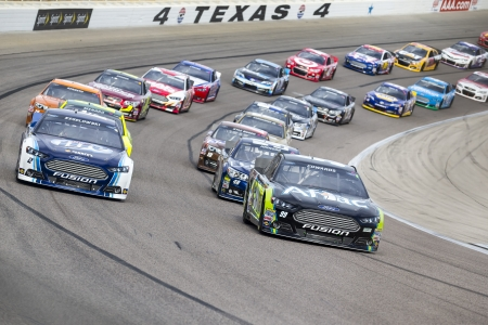 Ft Worth, TX - november 3, 2013: A NASCAR Sprint Cup csapat vesz a pályán az AAA Texas 500 versenyen, a Texas Motor Speedway-Ft Worth, TX.