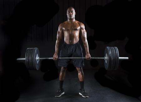 강한 섹시한 남자는 체중을 많이 deadlifts