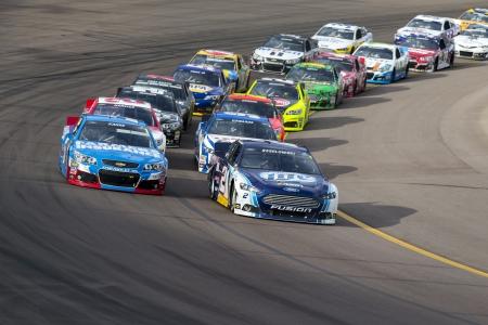 Avondale, AZ - 10 novembre 2013: Les équipes de la NASCAR Sprint Cup prennent à la piste pour la course de 500 AdvoCare au Phoenix International Raceway à Avondale, AZ. Banque d'images - 24047918