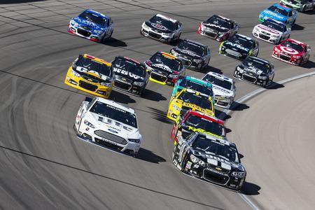 motor race: Las Vegas, NV - 9 maart 2014: Brad Keselowski (2) en Jimmie Johnson (48) gevecht om positie tijdens de Kobalt Hulpmiddelen 400 race op de Las Vegas Motor Speedway in Las Vegas, NV.
