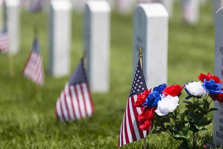 Veteranos cementerio celebración conmemorativa con la bandera americana Foto de archivo - 28645806