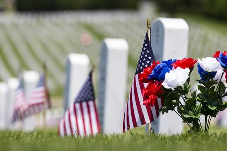 미국 국기와 베테랑 묘지 기념 행사 스톡 콘텐츠