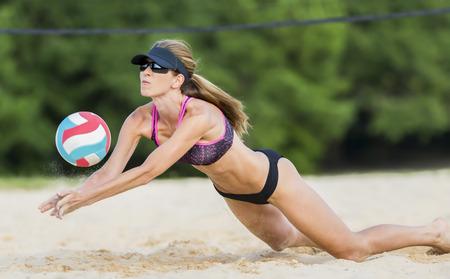 Een vrouwelijke beachvolleybal atleet op het volleybalveld