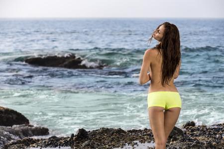 poses de modelos: Un modelo de bikini plantea en una playa