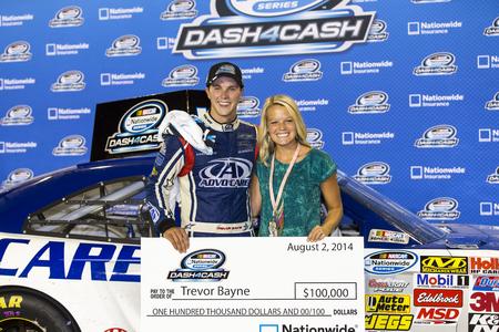 rancheros: Iowa Speedway, IA - 02 de agosto 2014: Trevor Bayne (6) y el equipo Roush Fenway Advocare ganar el Dash de Efectivo al los EE.UU. Celular 250 en el Iowa Speedway en Newton, Iowa.