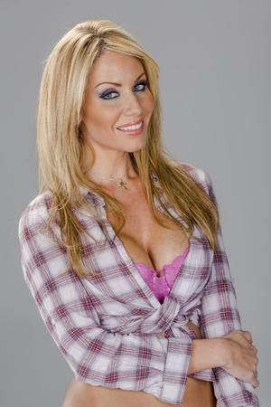 country girl: Une belle blonde posant dans une tenue pays fille Banque d'images