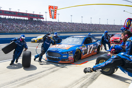 Fontana, CA - Mar 22, 2015:  Ricky Stenhouse Jr. (17) comes in for service during the Auto Club 400 race at the Auto Club Speedway in Fontana, CA. Zdjęcie Seryjne - 37953380
