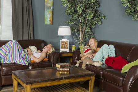 soir�e pyjama: Deux jeunes femmes attirantes b�n�ficiant d'une soir�e pyjama Banque d'images