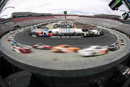 Bristol, TN - 18 de abril 2015: Los equipos de NASCAR Xfinity serie llevan la pista para la unidad para Detener la Diabetes 300 en el Bristol Motor Speedway en Bristol, Tennessee. Foto de archivo - 39912663