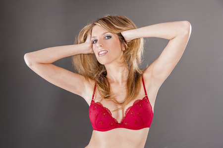 mujer rubia desnuda: Headshot de un modelo de lencería rubia en un ambiente de estudio Foto de archivo