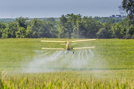 Un fumigador aplica productos químicos a un campo de la vegetación. Foto de archivo - 44030528