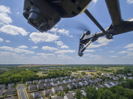 공중을 날아 다니는 개인 무인 항공기 스톡 콘텐츠