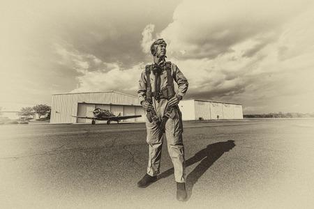 Un modèle brune en vêtements vintage avec un pilote et un avion WW II Banque d'images - 44957037