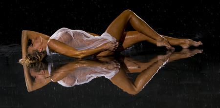 mujeres jovenes desnudas: Modelo posando frente a una cortina estudio de lluvia Foto de archivo