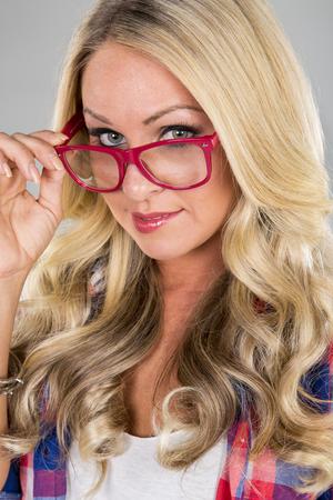 fille sexy: Un modèle blonde posant dans un environnement de studio
