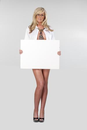 hoja en blanco: Hermosa rubia joven en ropa interior que sostiene una tarjeta en blanco