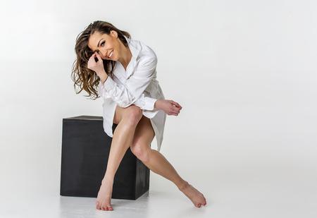 beaux seins: Implicite mod�le brune posant dans un environnement de studio