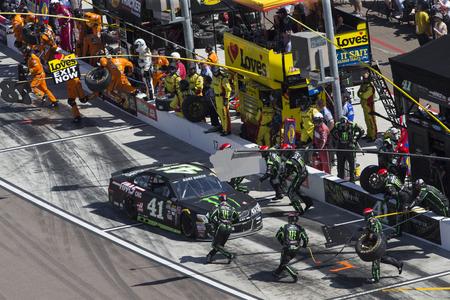 Avondale, AZ - 13 maart 2016: Kurt Busch (41) maakt een pitstop tijdens de Good Sam 500 (k) op de Phoenix International Raceway in Avondale, AZ.
