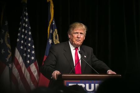21 Février 2016: Le candidat présidentiel républicain Donald Trump parle à plusieurs milliers de partisans lors d'un rassemblement à Atlanta, en Géorgie. Banque d'images - 55986707