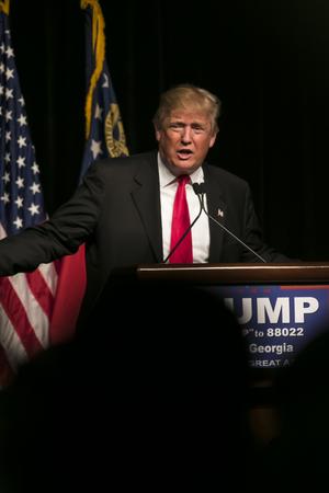 2016 년 2 월 21 일 : 공화당 대선 후보자 인 도널드 트럼프는 조지아 주 애틀랜타에서 열린 집회에서 수천 명의 지지자들과 이야기합니다.