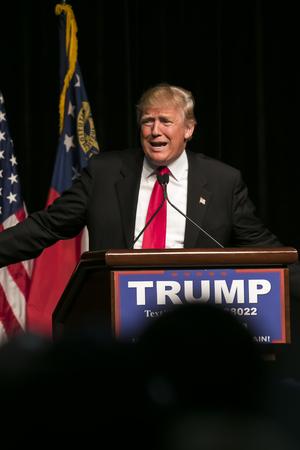 2016년 2월 21 : 공화당 대통령 후보 부동산 재벌 도널드 트럼프가 애틀랜타, 조지아에서 집회에 수천 지지자을 말한다. 에디토리얼