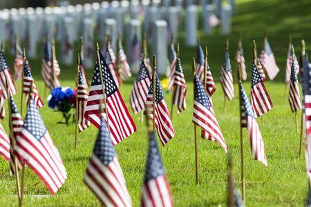 banderas america: veteranos celebración conmemorativa cementerio con la bandera americana