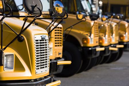 스쿨 버스는 다른 학년도를 준비합니다. 스톡 콘텐츠