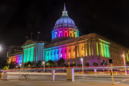 夜、サンフランシスコ、カリフォルニア州でゲイプライド パレード前に市庁舎 報道画像