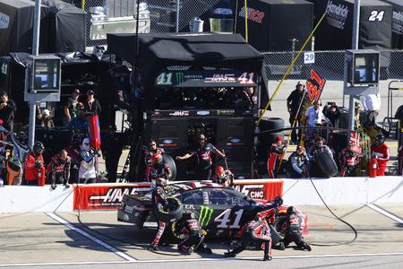 October 22, 2017 - Kansas City, Kansas, USA: Kurt Busch (41) brings his car down pit road for service during the Hollywood Casino 400 at Kansas Speedway in Kansas City, Kansas. Redakční