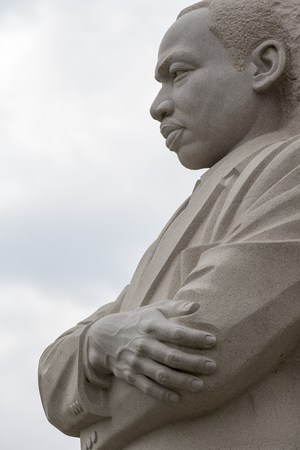 워싱턴 DC - 2014 년 4 월 25 일 : 워싱턴 DC의 마틴 루터 킹 주니어 기념관은 킹 박사님의 국내 및 국제 공헌과 모든 사람들이 자유와 기회, 정의의 삶을 누