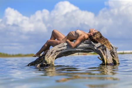Un modèle brune hispanique hispanique profiter de la plage Banque d'images - 93720793