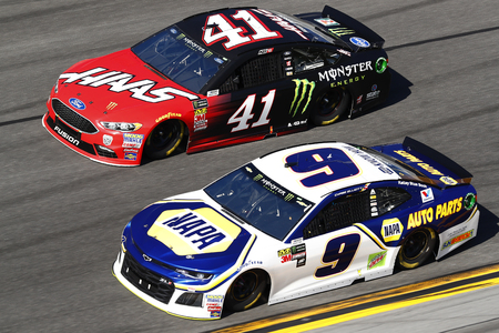 February 18, 2018 - Daytona Beach, Florida, USA: Kurt Busch (41) and Chase Elliot (9), battle for position during the Daytona 500 at Daytona International Speedway in Daytona Beach, Florida. Éditoriale