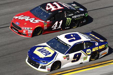 February 18, 2018 - Daytona Beach, Florida, USA: Kurt Busch (41) and Chase Elliot (9), battle for position during the Daytona 500 at Daytona International Speedway in Daytona Beach, Florida. 報道画像