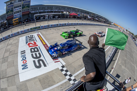 March 17, 2018 - Sebring, Florida, USA:  The IMSA WeatherTech SportsCar Championship teams take the green flag for the Mobil 1 12 Hours of Sebring at Sebring International Raceway in Sebring, Florida. 版權商用圖片 - 98328201