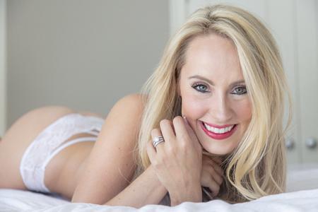 Un beau modèle de lingerie blonde se détendre à la maison avant le jour de son mariage