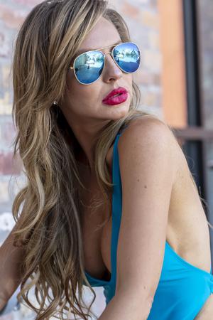 Ein wunderschönes brasilianisches blondes Bikinimodell posiert im Freien