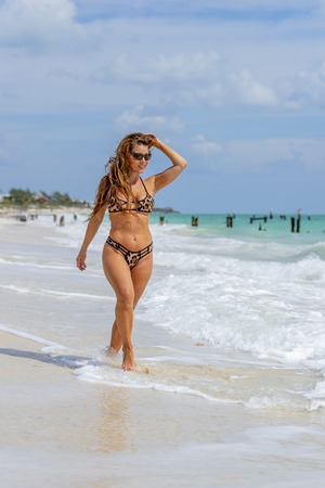 A hispanic brunette model enjoying a day at the beach Stockfoto