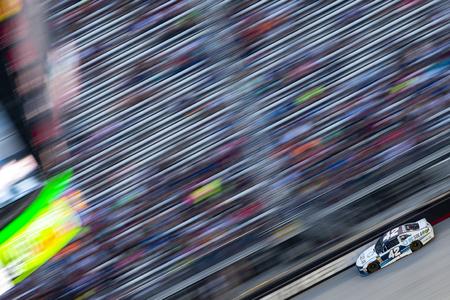 18 de agosto de 2018 - Bristol, Tennessee, EE.UU .: Kyle Larson (42) carreras fuera de la curva durante el Bass Pro Shops NRA Night Race en el Bristol Motor Speedway en Bristol, Tennessee.