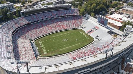 3 ottobre 2018 - Athens, Georgia, USA: vedute aeree dello stadio di Sanford, che è la sede di gioco del calcio nel campus presso l'Università della Georgia ad Athens, Georgia, Stati Uniti. Lo stadio da 92.746 posti è il decimo stadio più grande della NCAA.