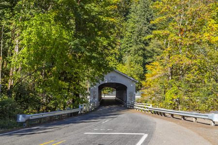 The Goodpasture Bridge spans the McKenzie River near the community of Vida in Lane County, Oregon, United States. It is the second longest covered bridge and one of the most photographed covered bridges in the state. The Goodpasture Bridge is listed on th Imagens - 109868181