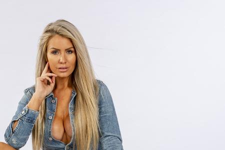 Un magnifique modèle de lingerie blonde posant dans un environnement de studio