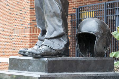 July 21, 2019 - Iowa City, Iowa, USA: Statue of Nile Clarke Kinnick Jr. who was a student and a college football player at the University of Iowa. He won the 1939 Heisman Trophy and died during while serving as a Naval Aviator in World War II. Banco de Imagens - 127549156