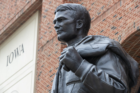 July 21, 2019 - Iowa City, Iowa, USA: Statue of Nile Clarke Kinnick Jr. who was a student and a college football player at the University of Iowa. He won the 1939 Heisman Trophy and died during while serving as a Naval Aviator in World War II. Banco de Imagens - 127549162