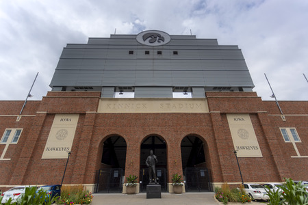 July 21, 2019 - Iowa City, Iowa, USA: Statue of Nile Clarke Kinnick Jr. who was a student and a college football player at the University of Iowa. He won the 1939 Heisman Trophy and died during while serving as a Naval Aviator in World War II. Banco de Imagens - 127549169