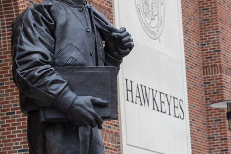 July 21, 2019 - Iowa City, Iowa, USA: Statue of Nile Clarke Kinnick Jr. who was a student and a college football player at the University of Iowa. He won the 1939 Heisman Trophy and died during while serving as a Naval Aviator in World War II. Banco de Imagens - 127549171